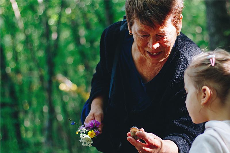 Grand-mère et petite-fille dans la nature