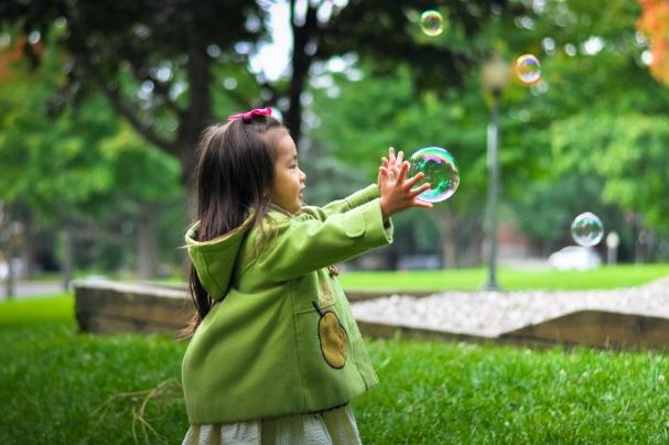 Photo d'une enfant dans un parc